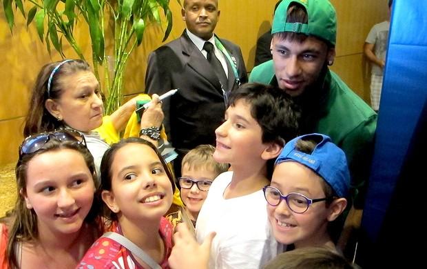 neymar brasil hotel crianças (Foto: Gustavo Rotstein)