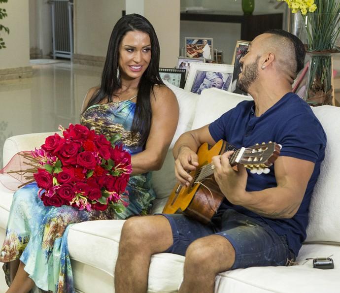 Belo canta para Gracyanne em momento romântico (Foto: Felipe Monteiro/Gshow)