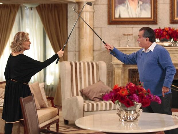 Charlô e Otávio resolvem se desafiar no golfe (Foto: Guerra dos Sexos / TV Globo)