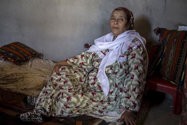 Khamsaa Hougali se tatuou após perder três filhos, para ver se tinha sorte; depois disso ela teve seis crianças (Foto: Zohra Bensemra/Reuters)