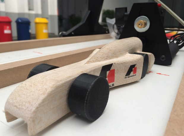 Protótipo utilizado nos testes da escuderia 'Força Canindé' foi desenvolvido pelos próprios alunos (Foto: Cauê Fabiano/G1)