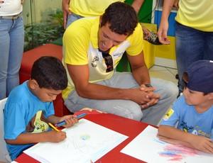 Oscar, jogador do vôlei de praia, durante visita a crianças com câncer, em Natal (Foto: Jocaff Souza)