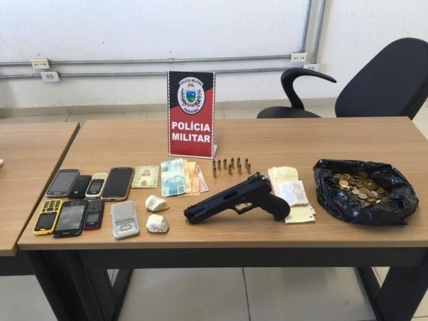 Polícia apreendeu uma quantia de drogas, um simulacro de arma de fogo e outros materiais na residênci (Foto: Divulgação/Secom-PB)