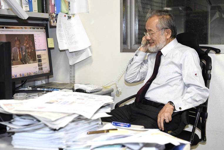 Yoshinori Ohsumi fala ao telefone após receber a notícia de que recebeu o Prêmio Nobel de Medicina por sua pesquisa sobre autofagia (Foto: Junko Ozaki/Kyodo News via AP)