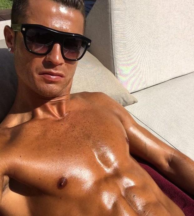 Cristiano Ronaldo reforça o bronzeado durante o verão espanhol (Foto: Reprodução/Instagram)