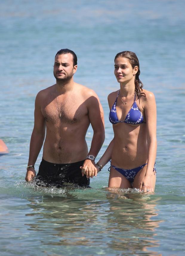 Ana Beatriz Barros e o namorado, Karim El Chiaty em praia em Mykonos, na Grécia (Foto: Grosby Group/ Agência)