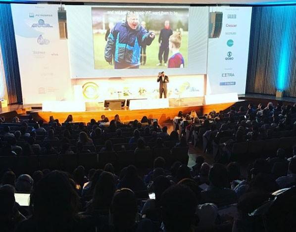 Educação 360: auditório lotado para acompanhar as mesas de debates (Foto: Naíma Saleh)