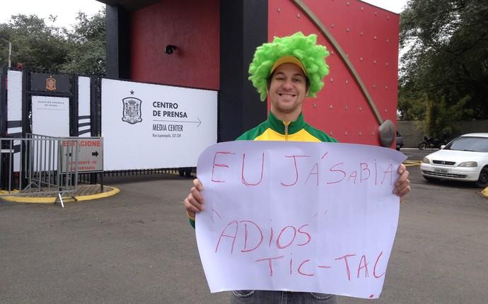 Rafael Barbosa não perdeu a chance de tirar onda com a eleiminação dos espanhóis (Foto: Monique Silva)