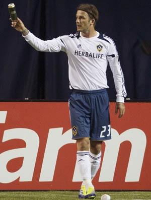 Beckham sendo atingido por latinha e por faixas jogadas pela torcida do Toronto (Foto: Agência Reuters)