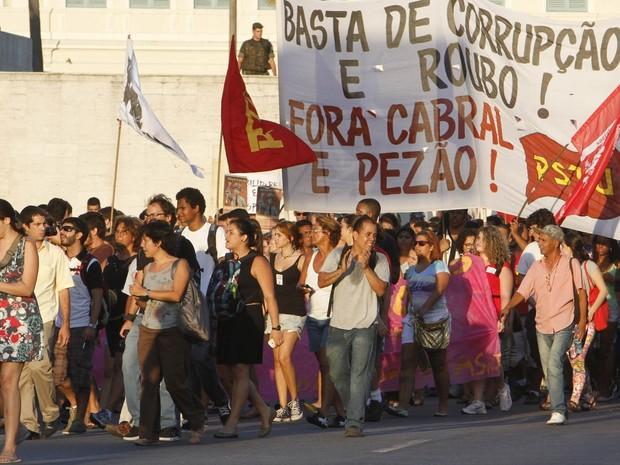 Manifestantes caminham com faixa mostrando frase de protesto contra Cabral e Pezão no Centro do Rio (Foto: Onofre Veras/Agência O Dia/Estadão Conteúdo)