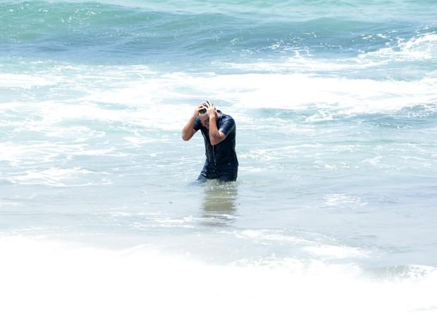 Sem rumo, Théo se joga no mar, mas sofre com notícia da morte de Morena (Foto: Salve Jorge/TV Globo)