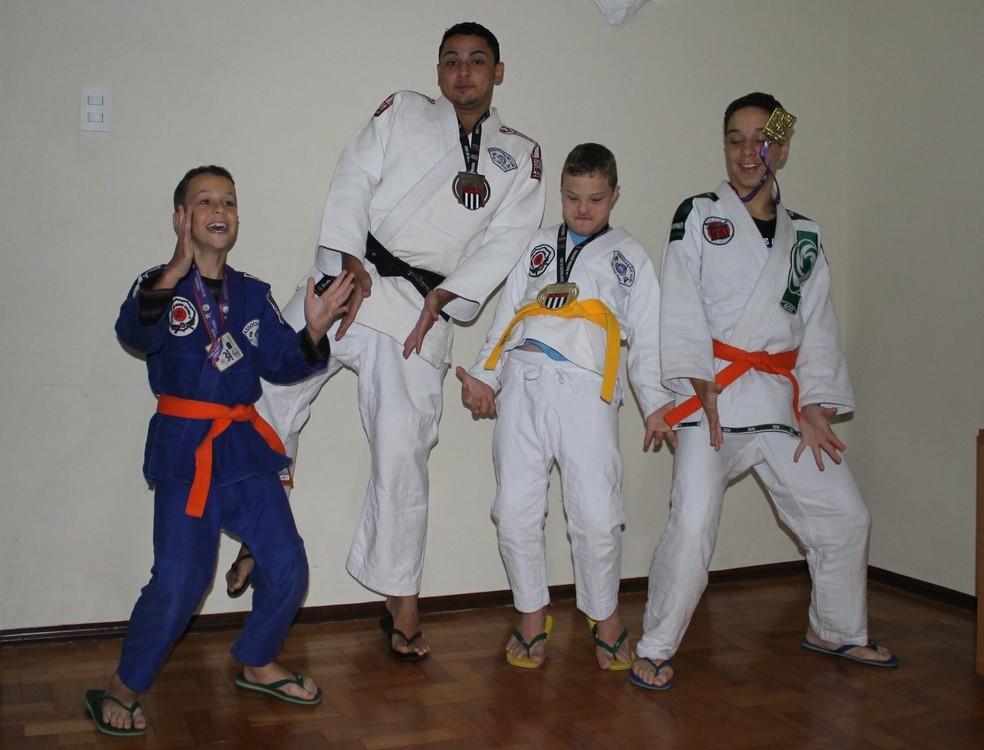 Matheus e os irmãos que também são lutadores (Foto: Arquivo Pessoal   André Moreira)
