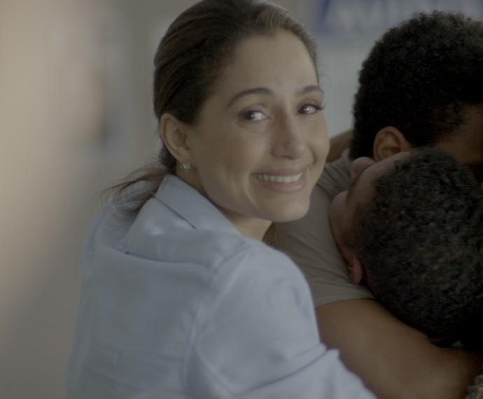 Regina se emociona quando Vinícius diz que conseguiu tirar Wolnei do abrigo (Foto: TV Globo)