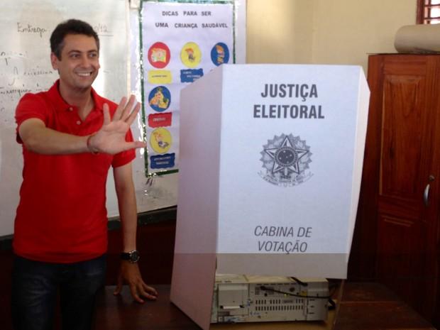Clécio Luís, candidato do PT, vota em Macapá (Foto: Priscilla Mendes/ G1)