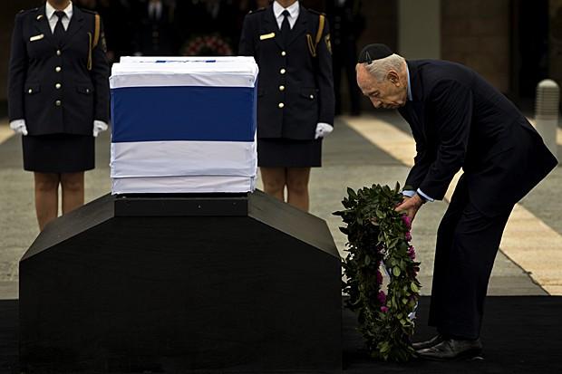 Presidente de Israel, Shimon Peres, coloca coroa de flores ao lado do caixão do ex-premiê Ariel Sharon (Foto: Bernat Armangue/AP)