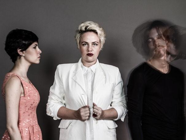 Amanda Vide Veras, Karine Teles e Fabiano Nunes  em cena de 'O Branco dos Seus Olhos' (Foto: Ana Rovati)