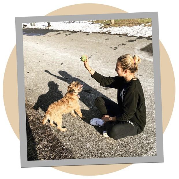 Eniko Mihalik com seu cachorro em Nova York (Foto: Reprodução)