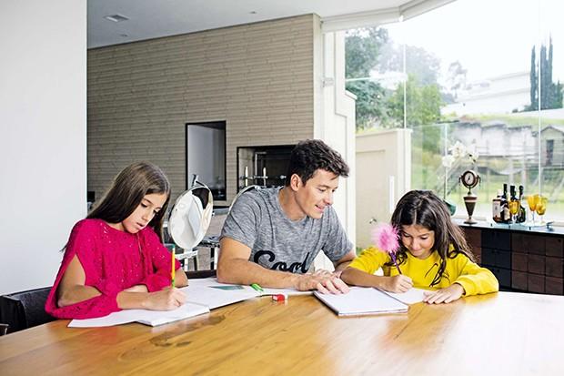 Paizão: o apresentador ajuda Clara e Maria com a lição de casa (Foto: Paizão: o apresentador ajuda Clara e Maria com a lição de casa)