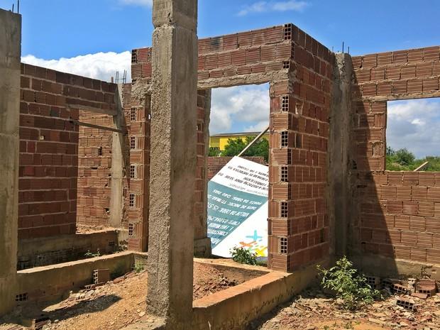 Placa da obra da escola de Dona Inês caiu com a força do vento (Foto: Diogo Almeida/G1)