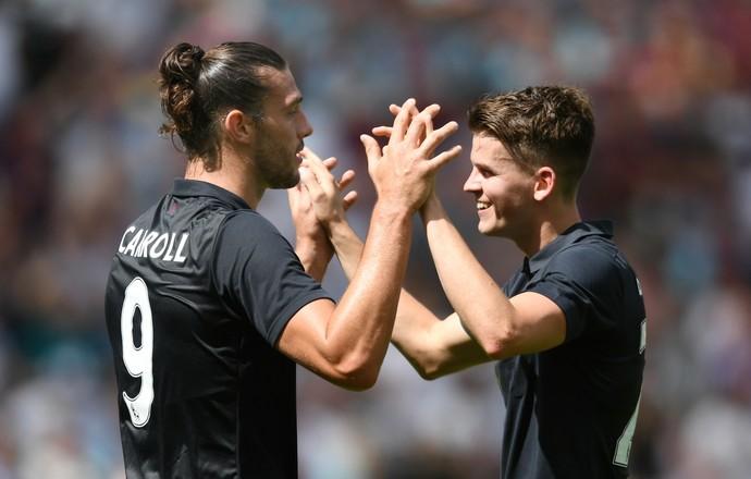 Andy Carroll comemora seu primeiro gol na partida com Tony O'Brian (Foto: Reuters)