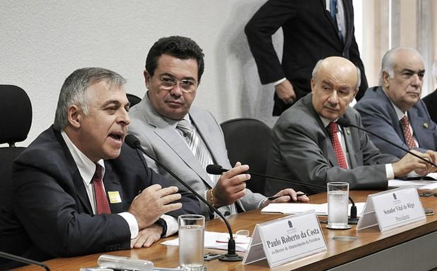 O ex-diretor da Petrobras Paulo Roberto da Costa (à esq.), em depoimento no dia 10 de junho à CPI (Foto: Geraldo Magela/Agência Senado)