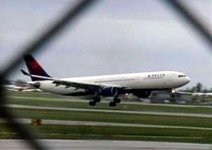 Menino burlou segurança de aeroporto e embarcou em voo da Delta (Foto: AP)