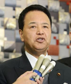O ministro da Economia do Japão, Akira Amari, dá entrevista em 1º de dezembro (Foto: AFP)