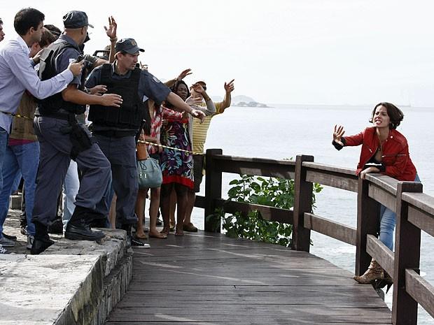 Valéria arma um show e ameaça se jogar (Foto: Amor Eterno Amor/TV Globo)