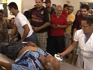 Idoso espera 8h por atendimento e desmaia em unidade de saúde; vídeo em Aparecida de goiânia, Goiás (Foto: Reprodução/Jornal Nacional)