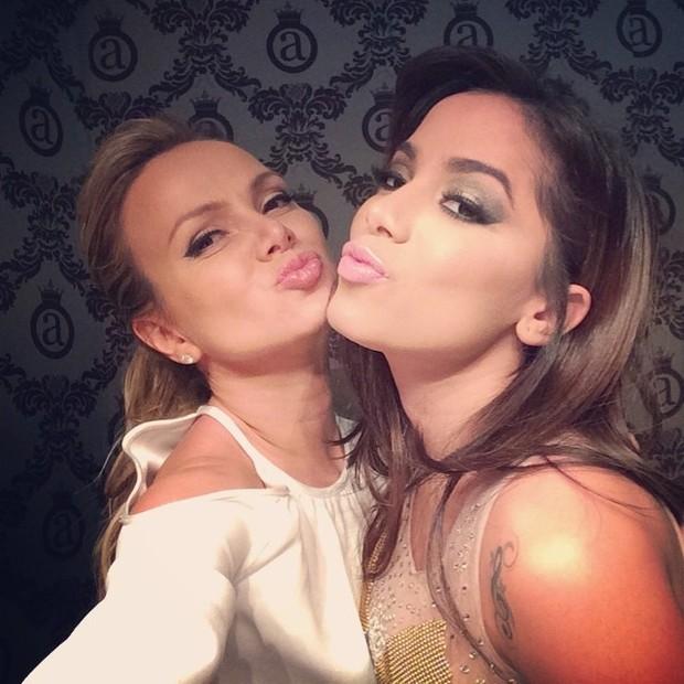 Eliana e Anitta em bastidores de show em boate em São Paulo (Foto: Instagram/ Reprodução)