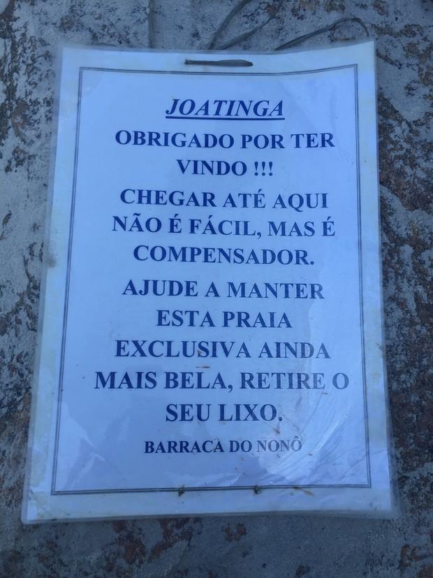 Aviso na praia da Joatinga (Foto: EGO)