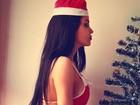 Claudia Alende posa de Mamãe Noel sensual com direito a biquíni