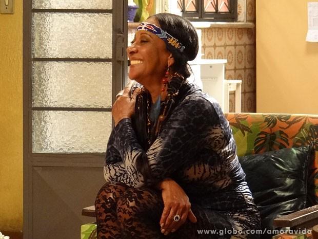 Índia embarcou no clima de comédia (Foto: Amor à Vida/ TV Globo)