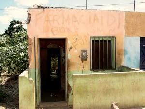"""Casa tinha letreiro escrito """"Farmácia Boka de Fumo"""" (Foto: Chinês/Ag. Miséria)"""
