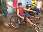 Grupo faz triciclo adaptado para dar mais independência a jovem paralítico