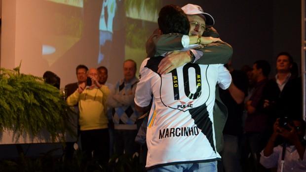 Marcinho recebe abraço de Mineirinho (Foto: Heitor Esmeriz/Globoesporte.com)