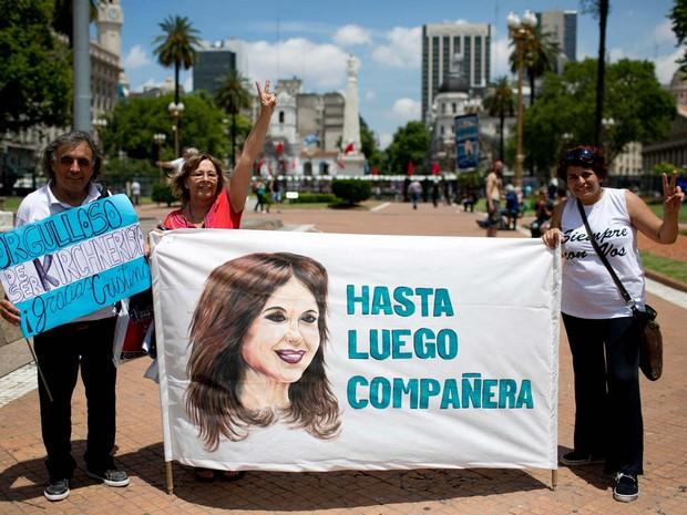 Partidários do governo se despedem de Cristina Kirchner nesta quarta-feira (9), último dia do governo da presidente, em Buenos Aires (Foto: AP Foto/Natacha Pisarenko)