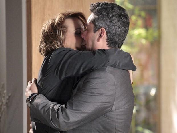 Stênio não perde tempo e agarra Rachel (Foto: Salve Jorge/TV Globo)