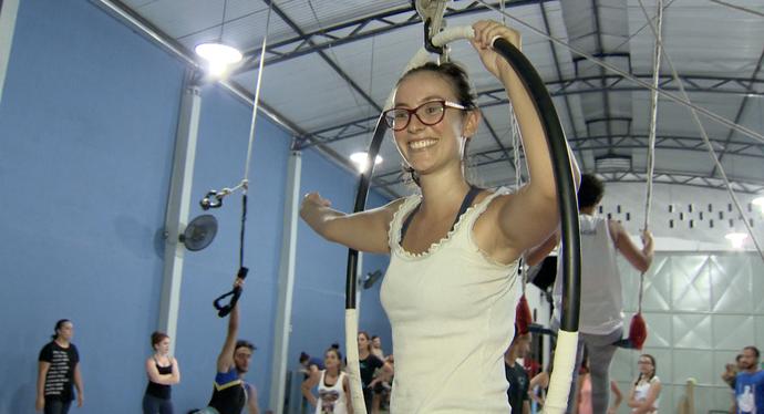 Aluna se exercita em aula de arte circense. (Foto: Divulgação/ TV Gazeta ES)