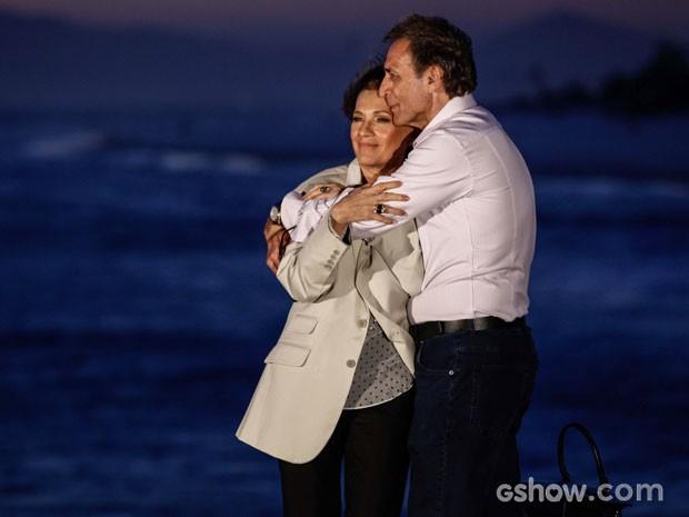 Chica se aninha nos braços de seu novo amor. Que mulher não gosta de ser amada?! (Foto: Inácio Moraes/TV Globo)