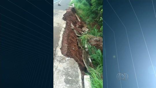 Parte da BR-364 desmorona e causa risco a motoristas, em Paranaiguara