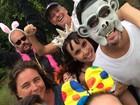 Mascarado, Murilo Benício curte pós-Carnaval com Débora Falabella
