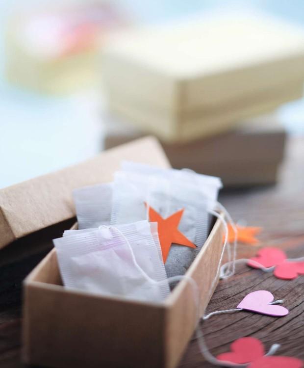 Saquinhos de chá decorados com figuras recortadas, entre elas estrelas de papel  (Foto: Rogério Voltan / Editora Globo)