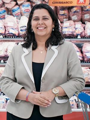 BOI VERDE Camila Valverde no setor de carnes. Ela fez um acordo com os fornecedores (Foto: Letícia Moreira/ÉPOCA)