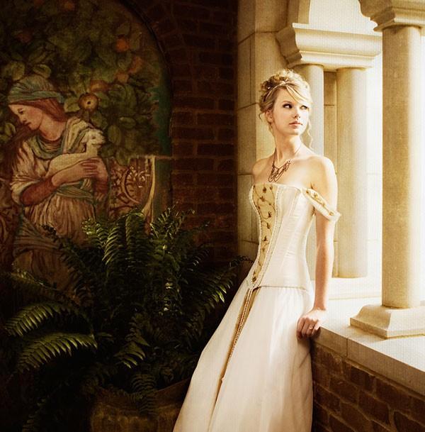 """Taylor Swift no clipe de """"Love Story"""" (Foto: Reprodução)"""