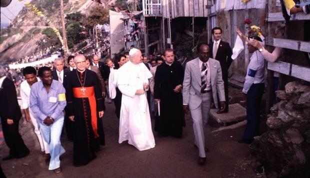 Papa João Paulo II visita a favela do Vidigal, na zona sul do Rio, em 1980. (Foto: O Globo)