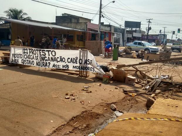 Moradores fecham rua reinvindicando asfalto em Porto Velho (Foto: Hosana Morais/G1)