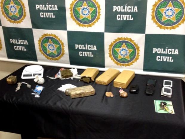 Material apreendido com suspeito no bairro Vila Coringa (Foto: Divulgação/Polícia Militar)
