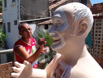 Silvio Botelho tem um trabalho minucioso para reproduzir pintura do personagem. (Foto: Katherine Coutinho / G1)
