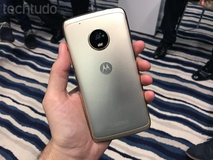 Moto G5 Plus ganhou corpo em alumínio nas cores dourada e grafite (Foto: Thássius Veloso/TechTudo)